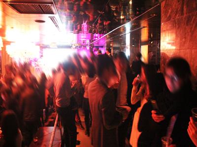 【200名規模】【表参道】誰でも参加しやすい街コン&恋活、友活パーティー★赤いライトが浮かび上がる非日常な大人空間♪『表参道Le Baron de Paris』開催